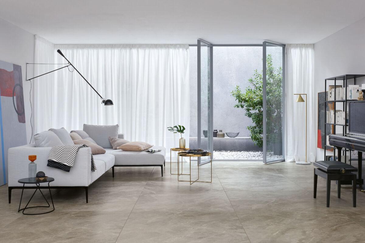 Eine zeitlos elegante Bodengestaltung mit Feinsteinzeugfliesen im Natursteindekor