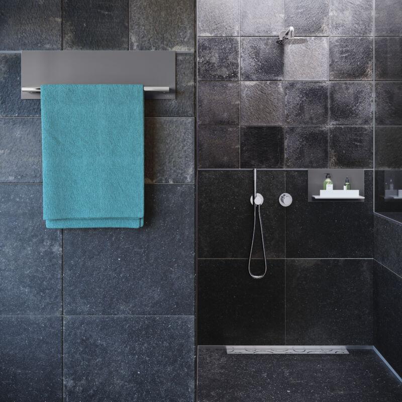 Praktische Handtuchhalter gehören ebenso zum Accessoire-Sortiment wie nützliche Ablagen für den Duschbereich.