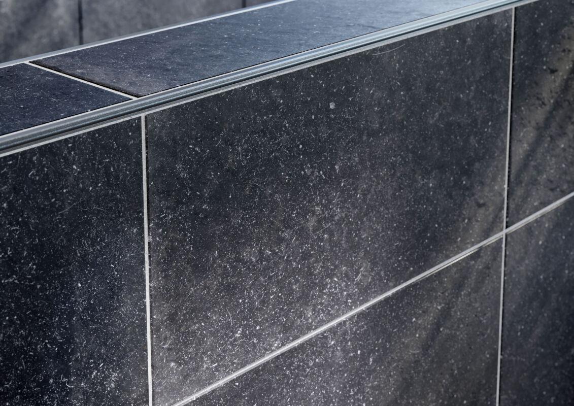 Die Profile zur Befestigung der Accessoires werden bei der Fliesenverlegung eingebaut – entweder in der Wandfläche oder an Vorwandinstallationen.